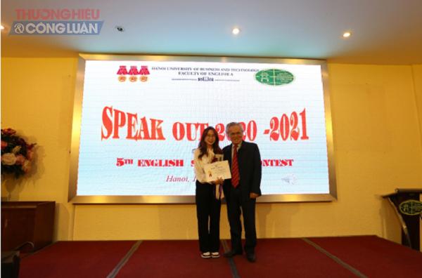 Thầy Trần Đức Minh – Phó Hiệu Trưởng, trao giải Nhất cho sinh viên Dương Diệu Thúy lớp TM2302