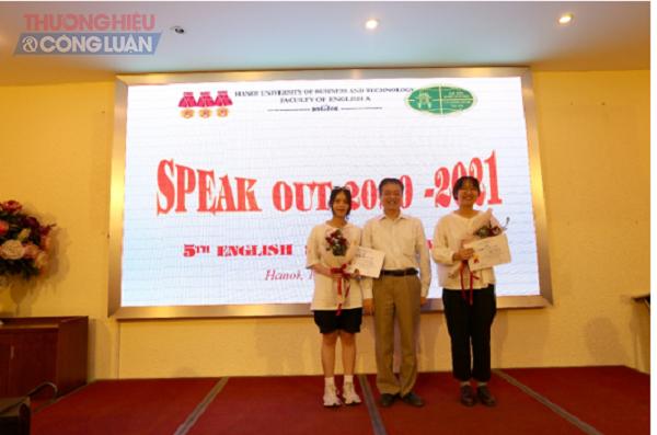 TS. Đặng Văn Đồng – Phó trưởng phòng Phòng Khoa học và Đảm bảo Chất lượng trao giải Nhì cho 2 sinh viên Bùi Thảo Nguyên và Phạm Bảo Châu