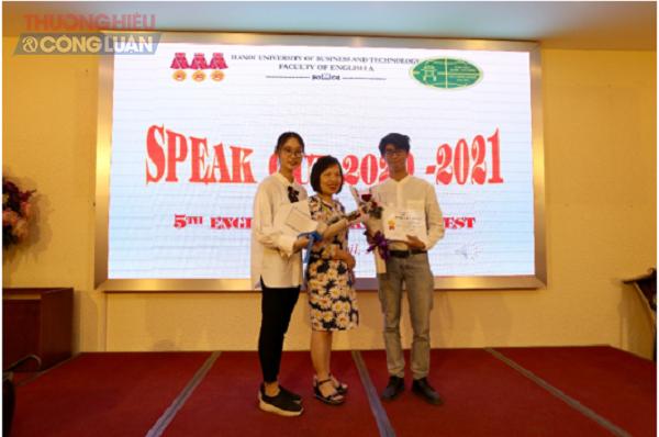 Cô Hà Thúy Bình đại diện Giáo viên chủ nhiệm K25 trao giải Ba cho 2 sinh viên Nguyễn Phương Linh lớp QL2543 và Lê Nguyễn Duy Linh lớp DL2309