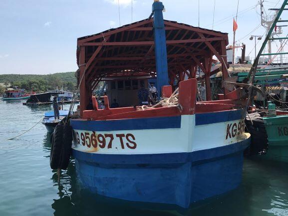 Tàu chở xăng dầu trái phép bị lực lượng Cảnh sát Biển phát hiện