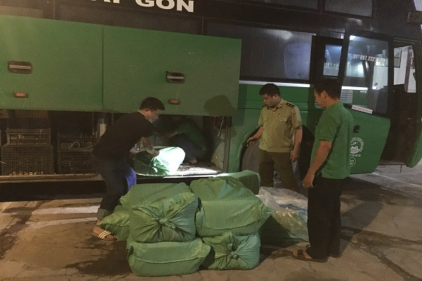Lực lượng chức năng tỉnh Nghệ An kiểm tra hàng hóa trên xe khách hướng Bắc-Nam