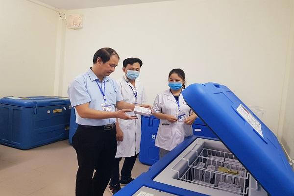 Kiểm tra việc bảo quản vắc xin tại Trung tâm Kiểm soát bệnh tật tỉnh