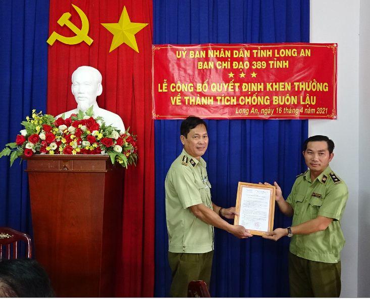 Đ/c Phạm Đức Chinh, trao quyết định khen thưởng của CT.UBND tỉnh cho tập thể Đội QLTT số 1