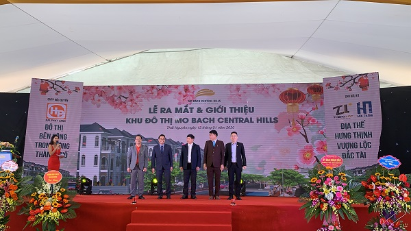 Ông Vũ Văn Trường CTHĐQT - TGĐ Thiên Lộc (thứ 2 từ phải sang) đại diện chủ đầu tư cùng các đại biểu, đối tác trong lễ ra mắt Dự án Mỏ Bạch Central Hill