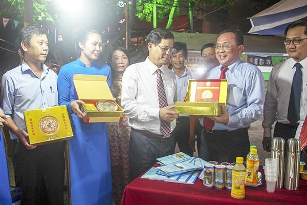 Ông Nguyễn Tấn Tuân, Chủ tịch UBND tỉnh và ông Nguyễn Hữu Hoàng, P. Chủ tịch UBND tỉnh thăm gian hàng Yến sào Khánh Hòa sau lễ khai mạc.
