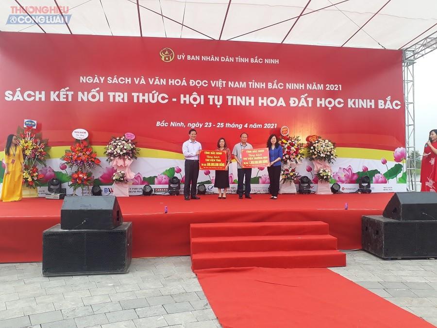 Bí thư Tỉnh ủy Đào Hồng Lan và Phó Chủ tịch Thường trực UBND tỉnh Vương Quốc Tuấn trao sách cho Thư viện tỉnh và Thư viện trường học.