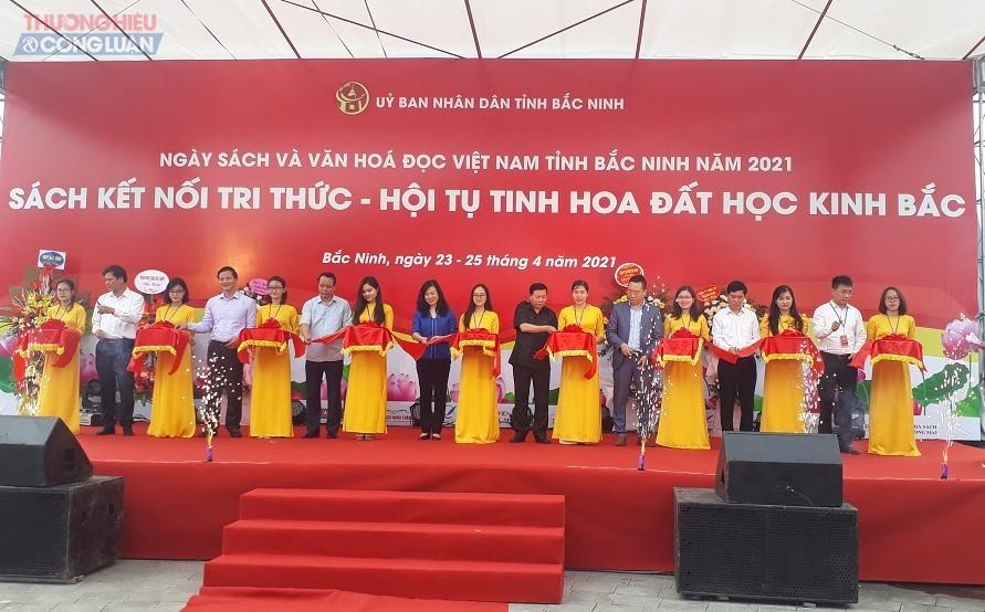 Các đại biểu cắt băng khai mạc Ngày sách và văn hóa đọc Việt Nam tỉnh Bắc Ninh năm 2021