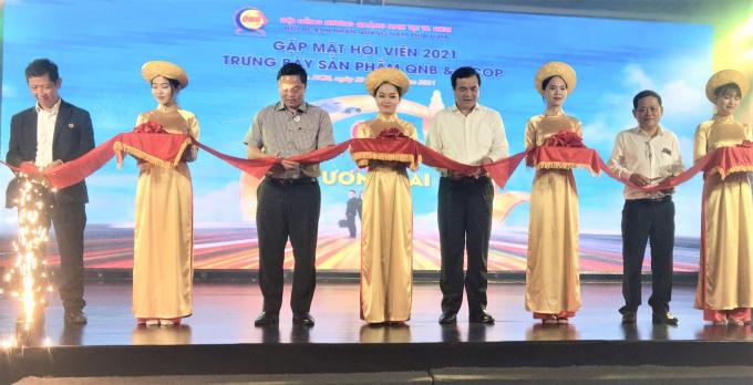Lãnh đạo tỉnh Quảng Nam và Chủ tịch Hội đồng hương, Hội doanh nhân QNB cắt băng khai mạc trưng bày sản phẩm khởi nghiệp, OCOP. Ảnh: Thanh Hải