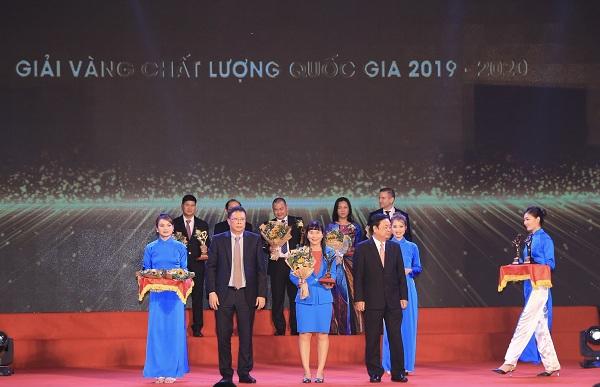 Lãnh đạo Công ty Cổ phần Nước giải khát Yến sào Khánh Hòa nhận Giải Vàng Chất Lượng Quốc Gia.