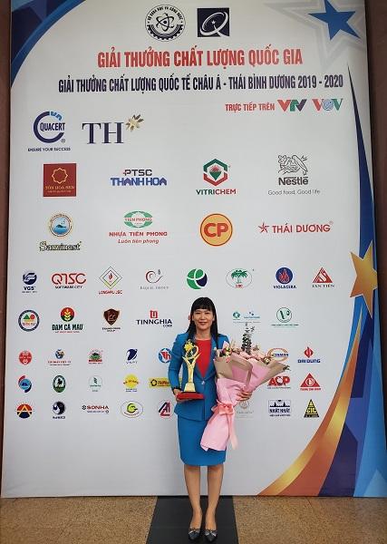 Bà Trịnh Thị Hồng Vân – Phó Tổng Giám đốc Công ty Yến sào Khánh Hòa, Chủ tịch HĐQT Công ty Cổ phần NGK Yến sào Khánh Hòa nhận biểu trưng Giải thưởng