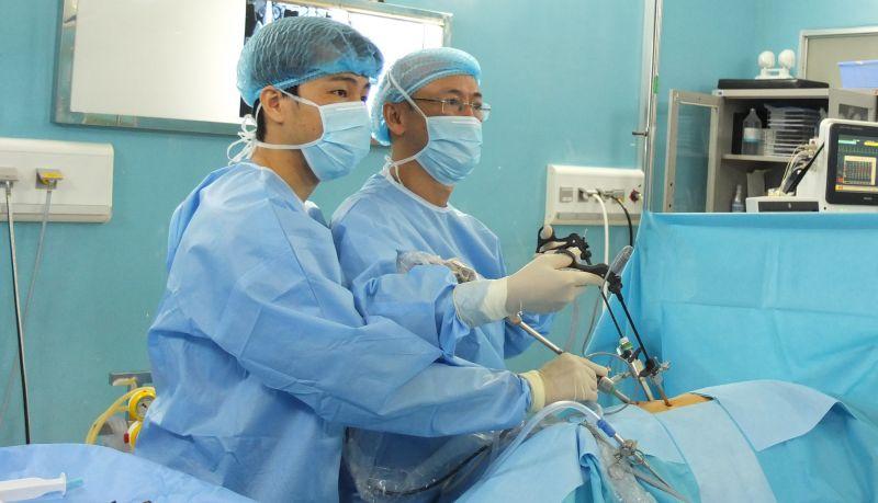 PGS. Nguyễn Phúc Cẩm Hoàng và BS. Trang Võ Anh Vinh trong một ca phẫu thuật cắt thận bán phần