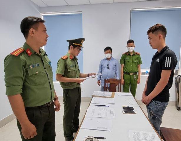 Công an đọc lệnh bắt giam 1 trong 14 đối tượng