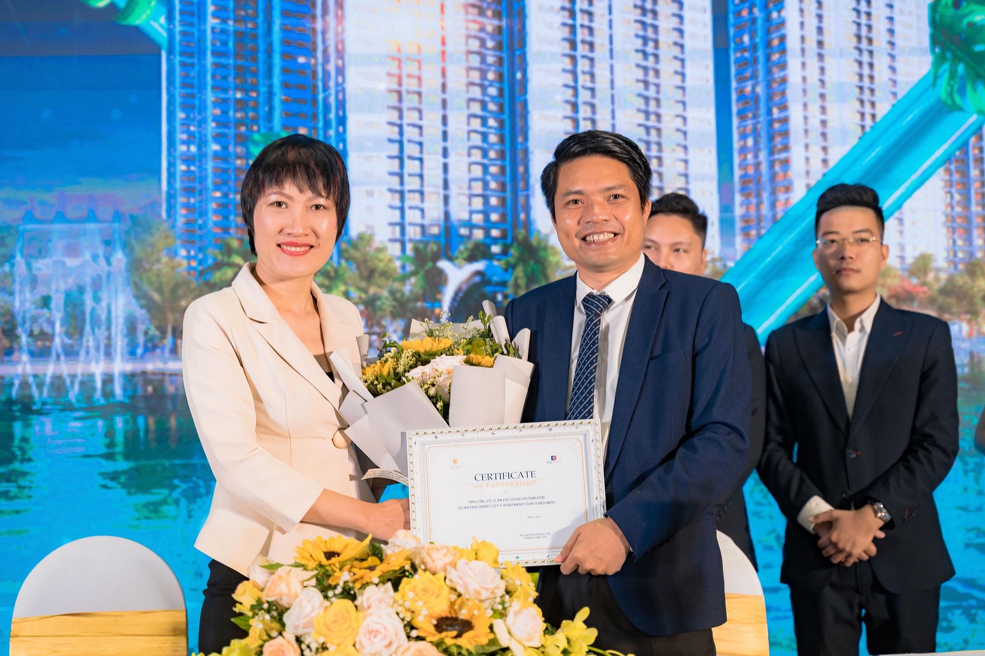 Đại diện MIKGroup trao chứng nhận hợp tác cho đại diện Tân Long Land