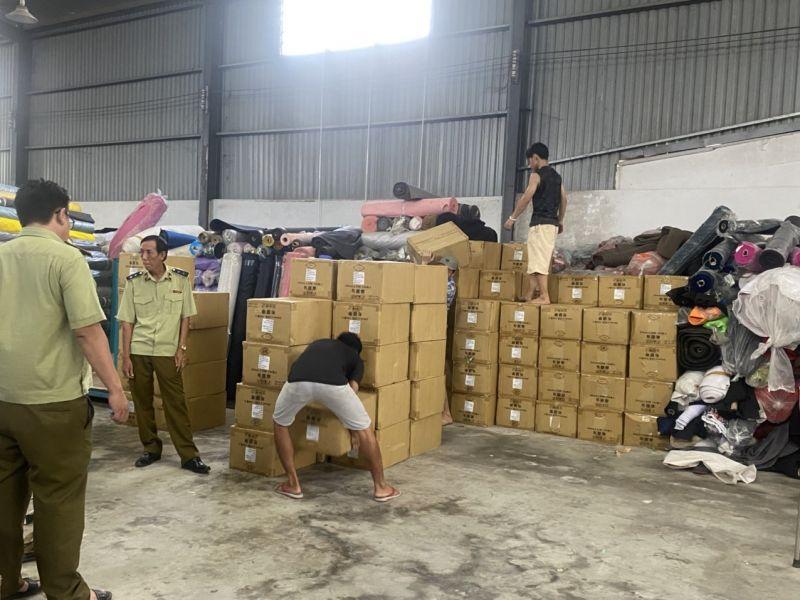 Lực lượng chức năng iến hành kiểm tra kho chứa vải tại ấp Bình Hữu 2, xã Đức Hòa Thượng, huyện Ứng Hòa, tỉnh Long An do bà Trần Thị Thu Hồng làm chủ hộ