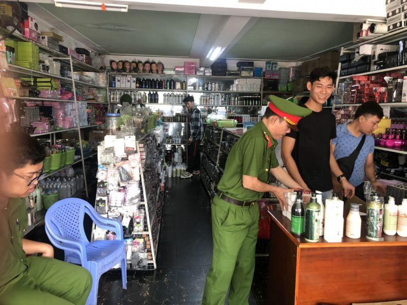 Số hàng hóa mỹ phẩm không rõ nguồn gốc được lực lượng Cảnh sát kinh tế Công an TP. Đồng Hới phát hiện tại cửa hàng mỹ phẩm Minh Nữ.