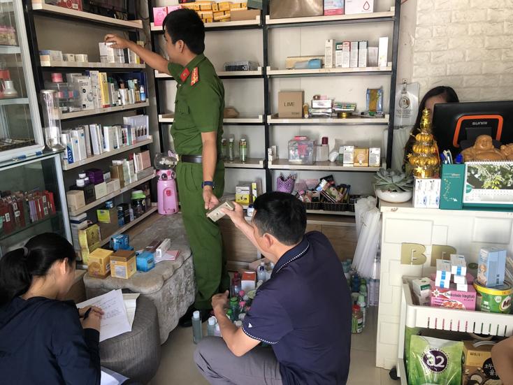 Số hàng mỹ phẩm không rõ nguồn gốc được lực lượng chức năng phát hiện, thu giữ tại cửa hàng mỹ phẩm BB.Cosmetic