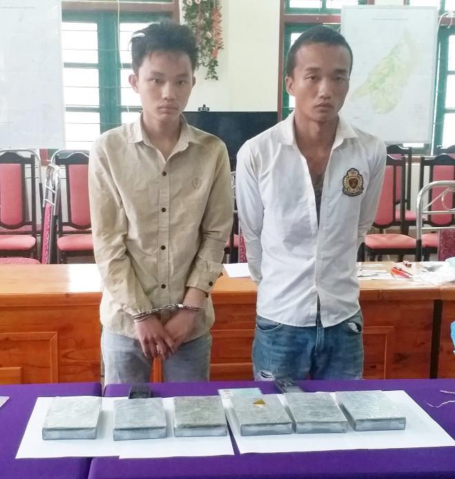 Hai đối tượng Giàng Seo Lìn và Giàng Seo Chư cùng tang vật vụ án