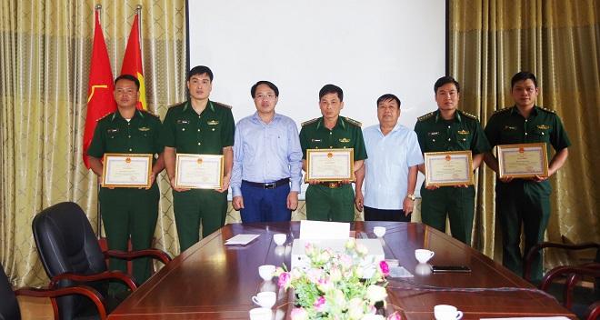 Lãnh đạo huyện khen thưởng lượng lượng Biên phòng đã lập công xuất sắc