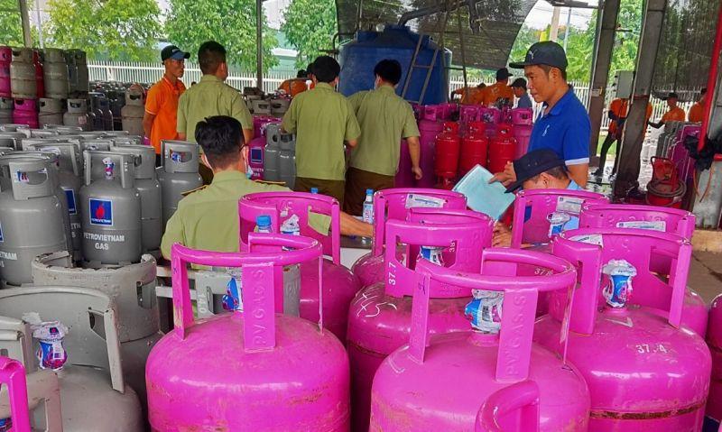 Lực lượng chức TP.HCM phát hiện hàng trăm chai LPG có dấu hiệu vi phạm trong chiết nạp