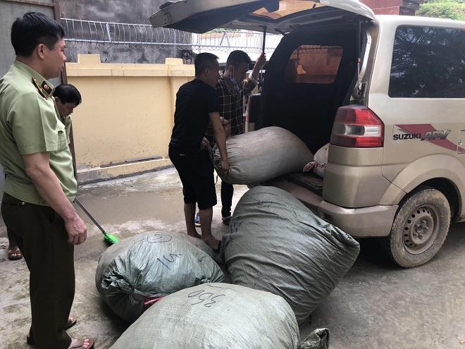 Lực lượng chức năng đang tiến hành kiểm tra các bao tải chứa hàng dược liệu nhập lậu