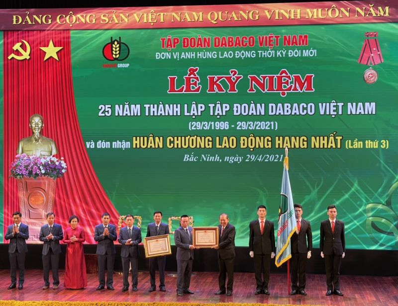 Ông Trương Hòa Bình – Phó Thủ tướng Thường trực Chính phủ trao tặng Huân chương lao động hạng nhất cho Tập đoàn DABACO và cá nhân Chủ tịch HĐQT Nguyễn Như So