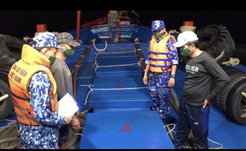 Sau nhiều giờ truy đuổi, Tổ công tác Bộ Tư lệnh Vùng Cảnh sát biển 4 phát hiện tàu cá mang biển kiểm soát TG-93798-TS đang vận chuyển 60.000 lít dầu DO không rõ nguồn gốc, xuất xứ
