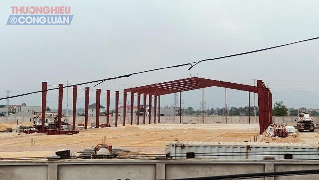 """chủ đầu tư vẫn cho thi công xây dựng lắp thêm một nhà khung thép bất chấp các """" lệnh cấm"""" đã được ban hành."""