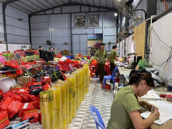 Lực lượng chức năng đang tiến hành kiểm kê kho hàng vi phạm nguồn gốc xuất xứ hàng hóa