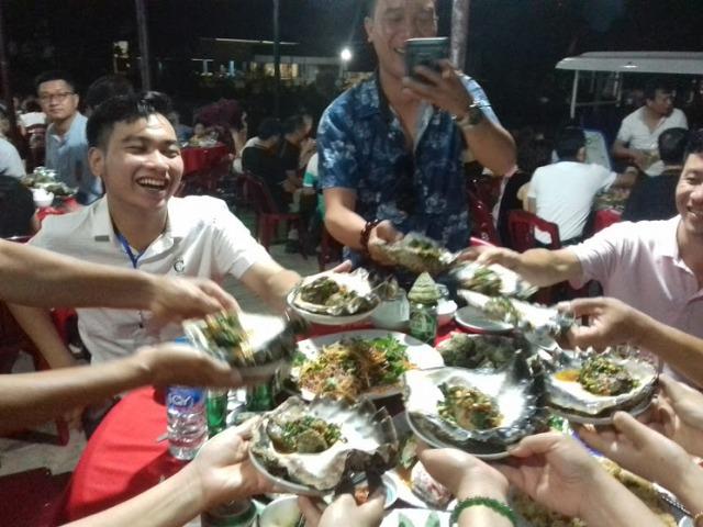 Các du khách rất thích thú thưởng thức ẩm thực biển ở đảo Cồn Cỏ