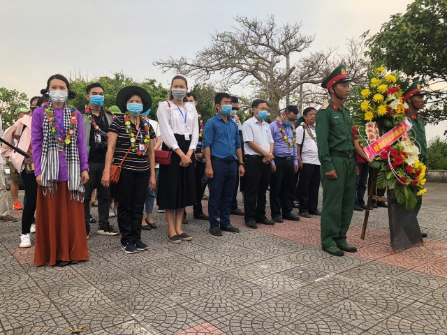Đoàn Famtrip thắp hương và đặt vòng hoa tại Đài tưởng niệm Anh hùng liệt sĩ đảo Cồn Cỏ