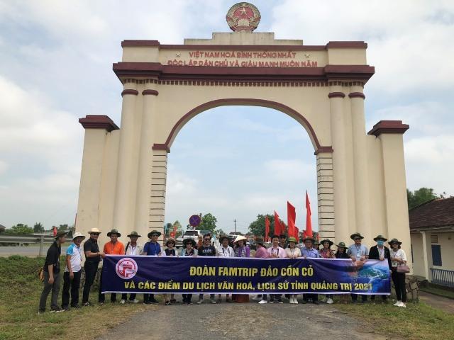 Đoàn chụp ảnh lưu niệm tại Cầu Hiền Lương nơi ghi dấu ấn chia cắt đôi bờ Nam- Bắc từ 1954-1975