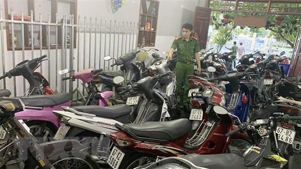 Lực lượng công an phát hiện gần 100 xe môtô cầm cố không có giấy tờ tại Cơ sở cầm đồ Tuấn. (Ảnh: TTXVN phát)