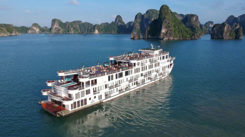 Cách ly du thuyền Ambassador và 122 du khách trên vịnh Hạ Long