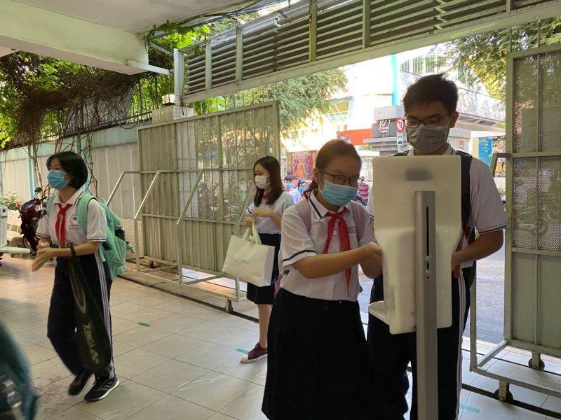 Học sinh rửa tay sát khuẩn trước khi vào lớp