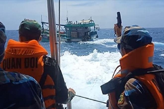 Lực lượng Cảnh sát Biển đang tiến hành kiểm tra phương tiện. Ảnh: minh họa