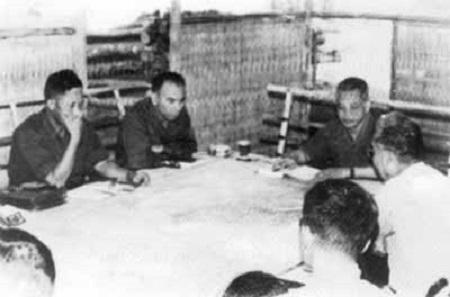 1. Tư lệnh Hoàng Minh Thảo (thứ hai, từ trái sang) cùng các đồng chí trong Bộ Chỉ huy Chiến dịch Tây Nguyên (Ảnh tư liệu)