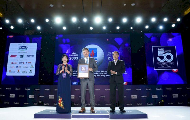 Ông Lê Cự Tân, Tổng Giám đốc PVFCCo nhận kỷ niệm chương do Ban tổ chức trao tặng