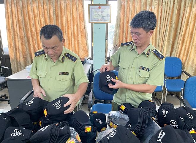 Lực lượng QLTT Hà Nội bắt giữ gần 2.000 chiếc khẩu trang giả mạo nhãn hiệu