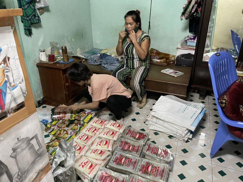 Các tiểu thương ở quầy gia vị này cho biết, số bột ngọt, hạt nêm giả này là do bà Thoa cung ứng nguồn hàng