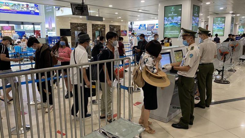 Khách làm thủ tục khai báo y tế tại sân bay Tân Sơn Nhất. ẢNH ACV