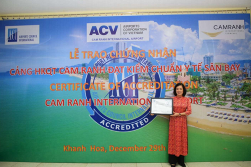 Hình ảnh tư liệu: Bà Lê Thị Hồng Minh – Tổng giám đốc Công ty Cổ phần Nhà ga Quốc tế Cam Ranh tại lễ trao chứng nhận Sân bay An toàn Y tế (AHA)