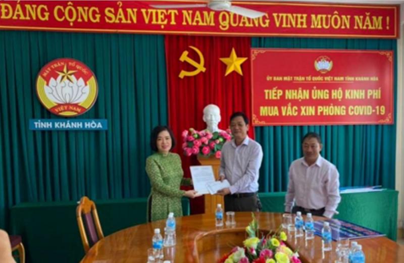 Hình ảnh tư liệu: bà Lê Thị Hồng Minh - Tổng Giám đốc Công ty Cổ phần Nhà ga Quốc tế Cam Ranh đại diện Công ty ủng hộ 100 triệu đồng kinh phí mua vắc xin phòng Covid-19 cho tỉnh Khánh Hòa