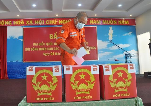 Cử tri bỏ phiếu tại Tổ bầu cử số 15, mỗi cử tri được bỏ 3 phiếu gồm: Bầu đại biểu Quốc hội khóa XV, Bầu Đại biểu HĐND tỉnh và phiếu bầu đại biểu HĐND thành phố Vũng Tàu.