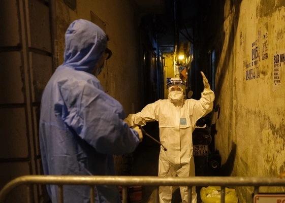 Lực lượng chức năng đã phong tỏa và khử khuẩn ngõ 371 phố Kim Mã nơi ở của bệnh nhân