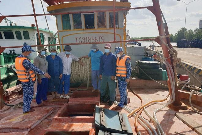Lực lượng Cảnh sát biển đang tiến hành kiểm tra con tàu chở hàng vi phạm