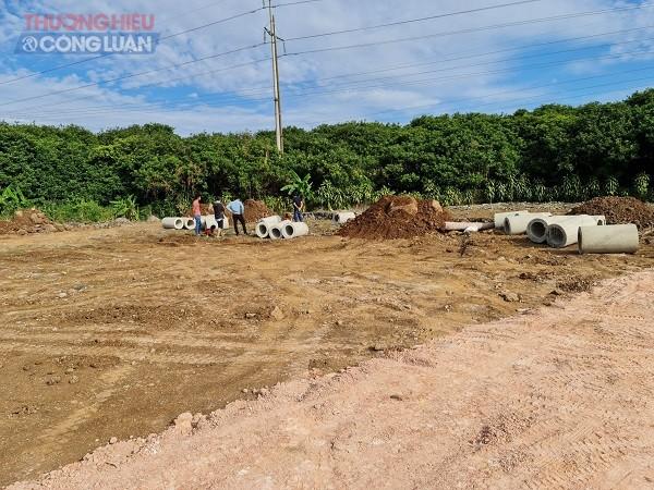 Một số lô mới được cho san gạt, vẫn còn những đống đất to, và một số vật liệu trên nền đất.
