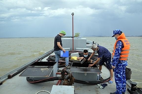 Lực lượng chức năng kiểm tra số dầu trên tàu. Ảnh: Mạnh Thường