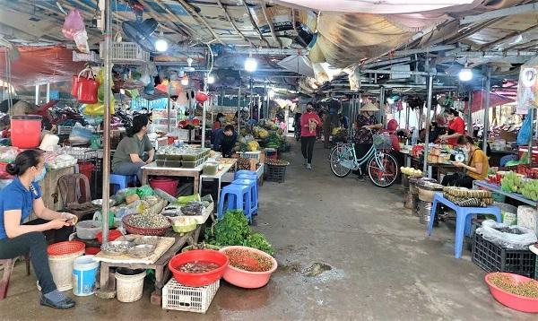Người dân chấp hành nghiêm túc việc đeo khẩu trang tại chợ