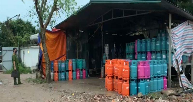 phát hiện một cơ sở có hoạt động sang chiết gas trái phép, tiềm ẩn nguy cơ cháy nổ tại khu vực ven đê sông Hồng thuộc xã Vạn Phúc, huyện Thanh Trì.