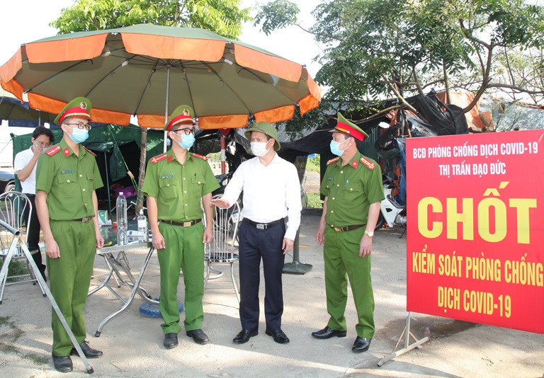 Phó Chủ tịch UBND tỉnh Vũ Chí Giang kiểm tra hoạt động của chốt kiểm soát phòng, chống dịch Covid-19 tại trạm thu phí đầu đường 100 (thị trấn Đạo Đức, huyện Bình Xuyên). Ảnh: Khánh Linh